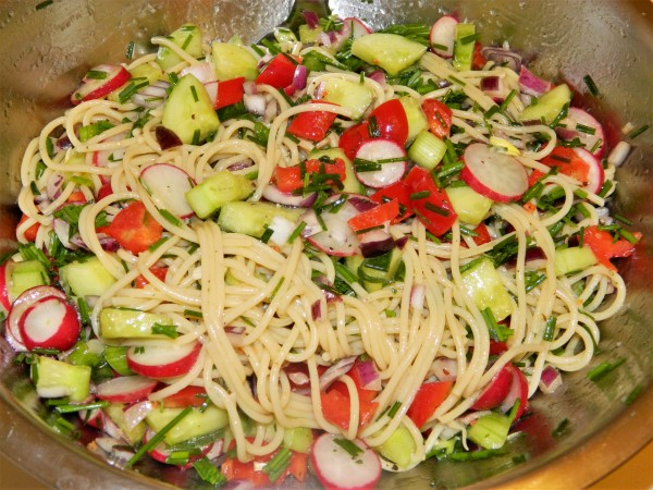 Best Spaghetti Salad Recipe-Mixing the Boiled Spaghetti With the Cut Vegetable in the Bowl