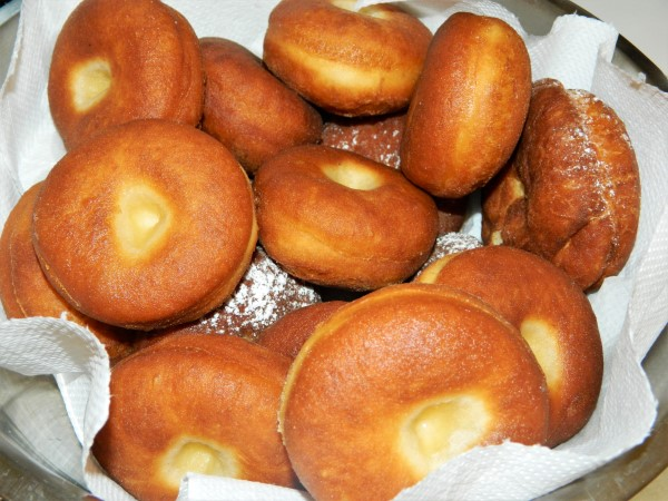 Perfect Yeast Doughnuts-Fried Doughnuts in the Bowl
